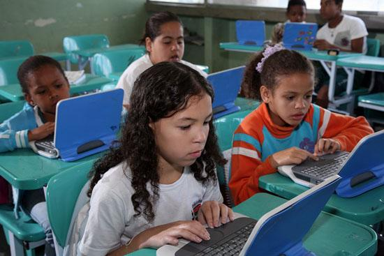Brezilya'nın Pirai şehrinde tüm öğrencilere sınıf bilgisayarı dağıtılıyor