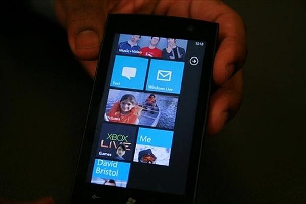 Microsoft, Windows Phone 7 için AMOLED ekrana büyük önem veriyor