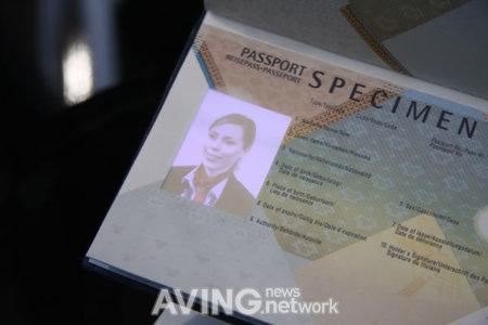 İşte dünyanın ilk AMOLED ekranlı elektronik pasaportu