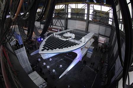 Güneş enerjisiyle çalışan en büyük tekne tanıtıldı