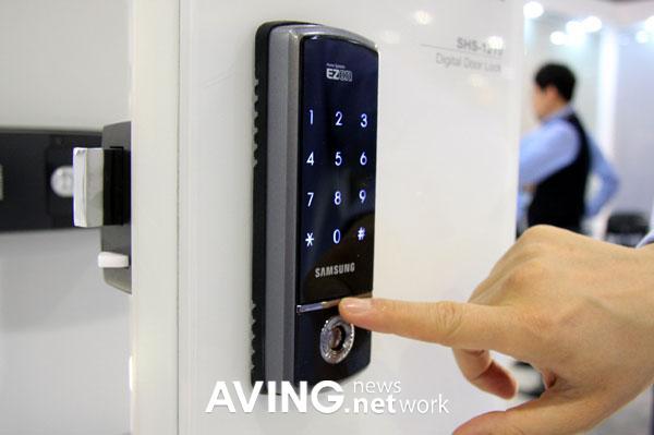 Samsung dokunmatik kontrollü dijital kapı kilidini gösterdi