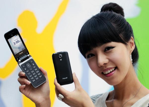 Samsung'dan giriş seviyesi için yeni kapaklı telefon; SHW-A300