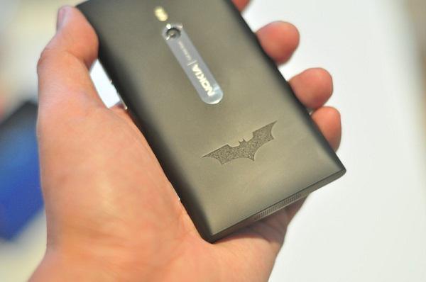 Nokia'dan The Dark Knight  Rises filmine özel logolu Lumia 800 versiyonu