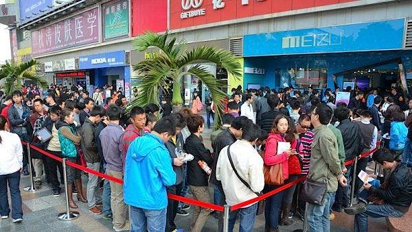 Meizu MX için müşteriler yine uzun kuyruklar oluşturdu