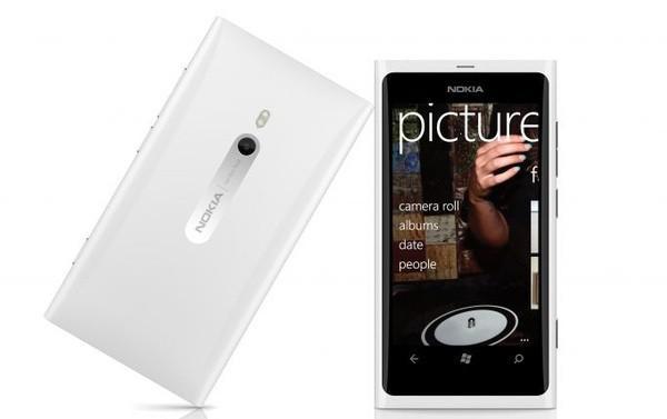 Beyaz Lumia 800 versiyonu bu ay piyasaya çıkıyor