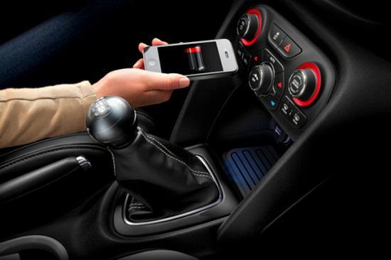 Chrysler, endüstrinin ilk araç içi kablosuz şarj sistemini duyurdu