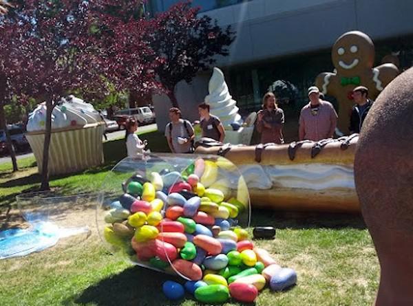 Jelibon dolu kavanoz maketi Googleplex bahçesinde yerini aldı