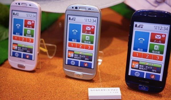 Fujitsu'nun yaşlılar için hazırladığı Raku Raku SmartPhone F-12D, uluslararası pazara ilk adımını attı