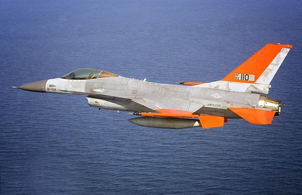 Boeing, eğitim için hazırladığı insansız F-16 savaş uçaklarını ABD Hava Kuvvetleri'ne teslim etmeye başladı