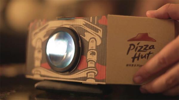 Pizza Hut'tan projeksiyona dönüşen pizza kutusu