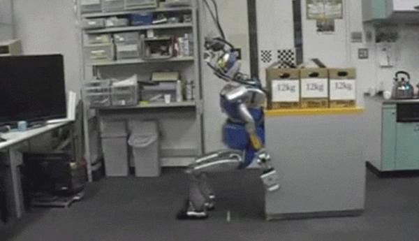 Tokyo Üniversitesi tarafından geliştirilen robot, ağır objeleri vücudunu kullanarak itebiliyor