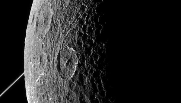 NASA, Satürn uydusuna ait detaylı fotoğraflar yayınladı