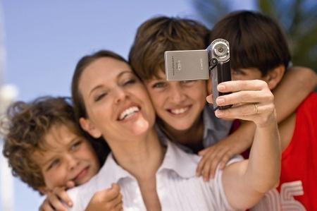 Sony'den mini Full HD video kamera