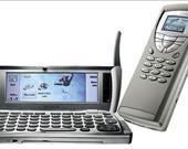 Sadece piyasaya sürüldüğü tarih için değil günümüz için de oldukça ilginç bir tasarıma sahip olan Nokia 9210 Communicator, kesinlike zamanının ötesinde bir akıllı telefondu. Kapağı kapalıyken sıradan bir cep telefonundan pek de farklı olmayan 9210 Communicator, açıldığında ise bir mini laptopa dönüşebiliyordu. Renkli ekran, işlevsel bir media oynatıcısı ve belge düzenleme gibi özelliklere sahip olan bu telefon, telefonlara gelişmiş özellikler ekleme yönündeki ilk denemelerden biriydi.