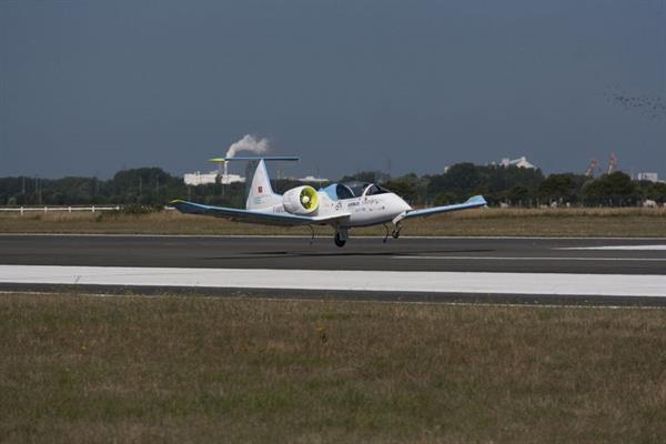 Airbus'un elektrikli uçak modeli E-Fan, Manş Denizi'ni geçmeyi başardı