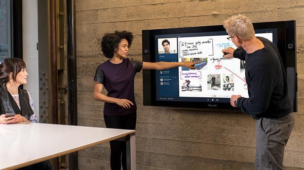 Dev ekranlı Microsoft Surface Hub'ların sevkiyatı 2016 yılına sarkacak