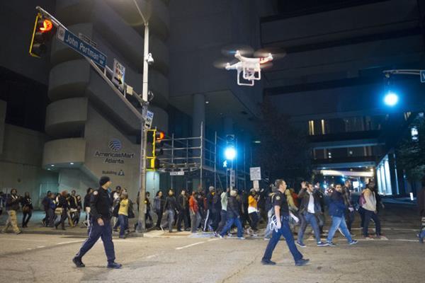 Amerikan polisi elektroşok ve gaz bombası taşıyan dronları kullanmaya başlıyor