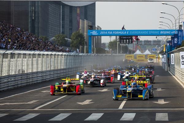 Elektrikli otomobillerin yarıştığı Formula E'nin ilk sezonu tamamlandı [video]