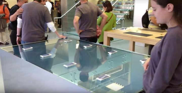Apple mağazalarında dokunmatik masalar ziyaretçilerini bekliyor