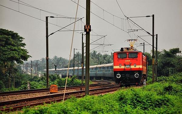 Hindistan trenlerin üstüne güneş panelleri yerleştirecek