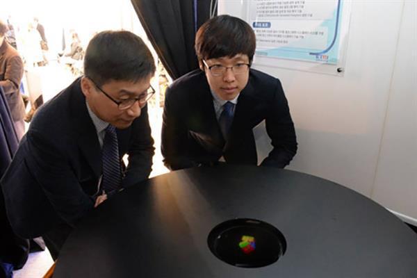 Dünyanın ilk renkli 3D Hologram sistemi üretildi