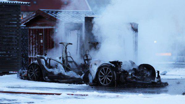 Tesla Model S süper şarj esnasında kül oldu