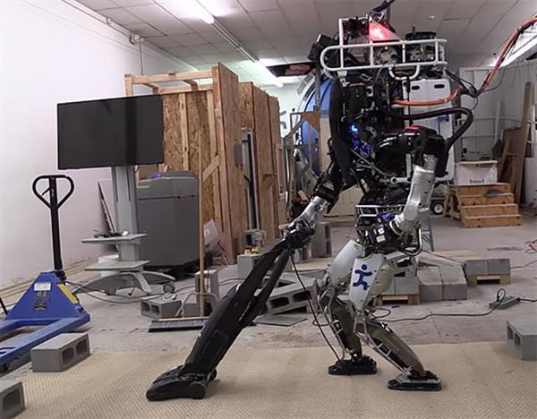 İnsansı robot ATLAS, temizlik işlerini de öğrendi