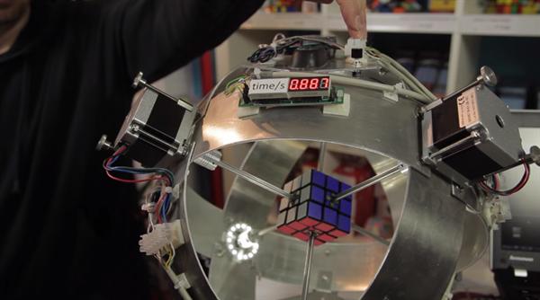 Rubik küpü ilk kez 1 saniyeden az sürede çözüldü