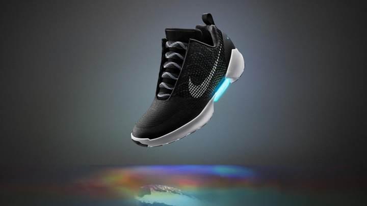 Nike kendi bağcıklarını bağlayan spor ayakkabısını tanıttı