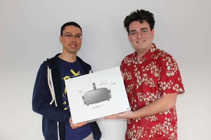 Oculus'un kurucusu ilk müşterilerine Oculus Rift'i kendi elleriyle teslim etti