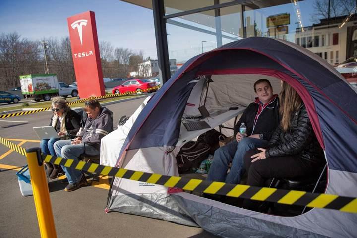 Tesla Model 3 için çadır kurup kamp yapmaya başladılar