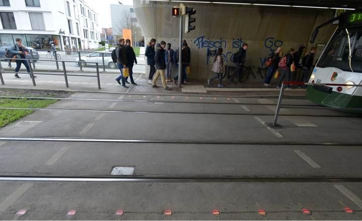 Almanya'dan akıllı telefon bağımlılarına: Trafik ışıklı kaldırımlar