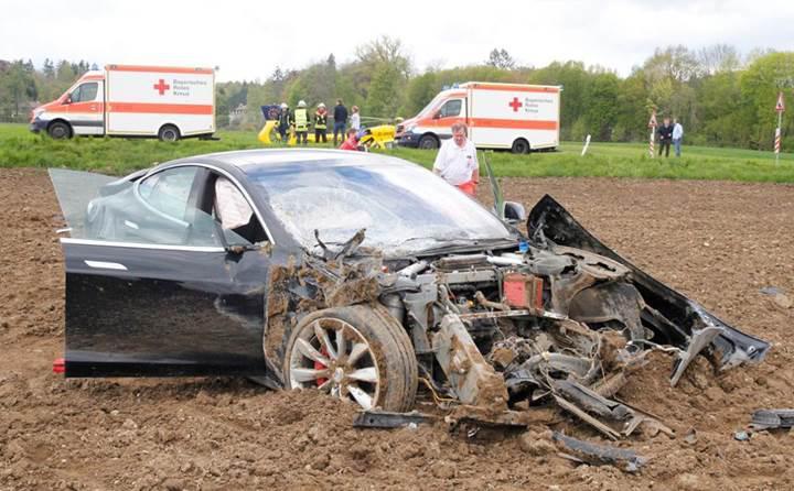 Tesla Model S korkunç bir kaza yaptı, araçtaki 5 yolcu da sağ kurtuldu
