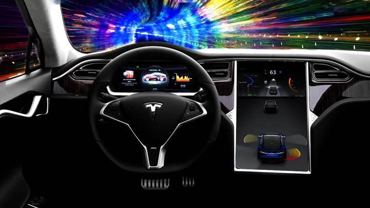 Tesla sürücüsü otomatik pilottaki aracıyla otoyolda uyurken yakalandı