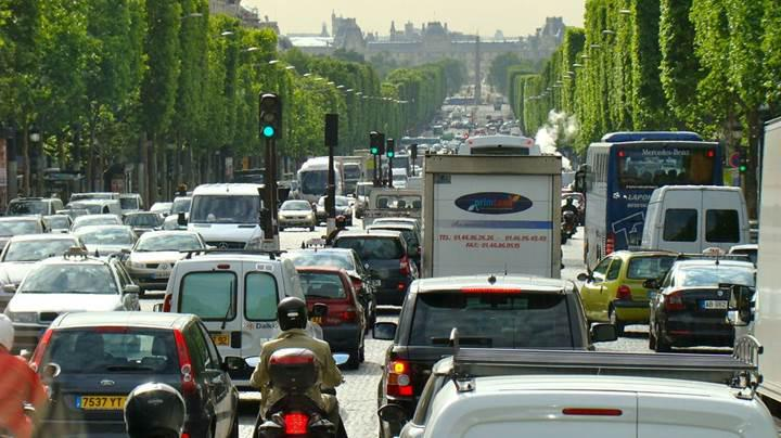 Paris'te eski arabalara yasak!