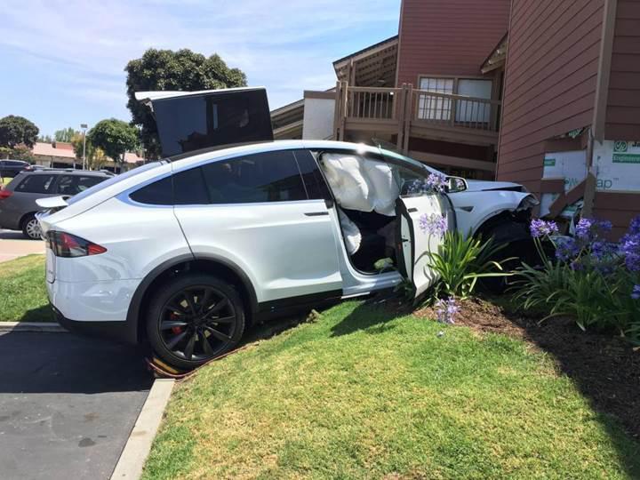 Tesla Model X kendi kendine hızlanarak binaya çarptı