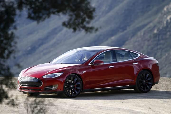 Tesla Model S suyla dolu tünelden yüzerek geçti