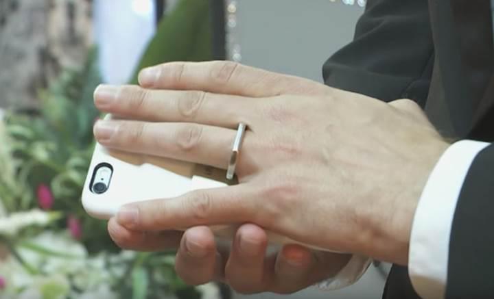 iPhone'u ile evlenen adam