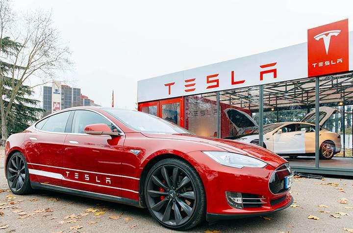 Virajı algılayamayan Tesla bariyerlere çarptı