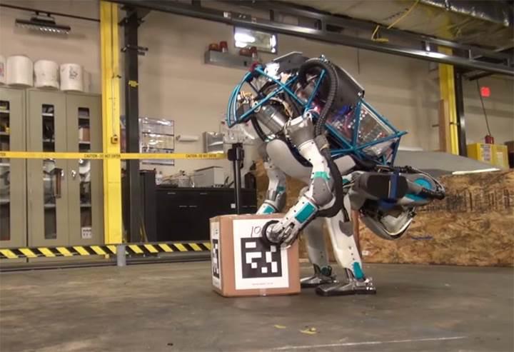 Boston Dynamics'in ünlü robotu Atlas tek ayak üzerinde duruyor (VİDEO)