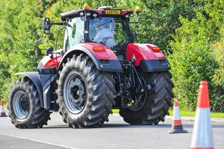 İngiltere'de tarım verimini artırmak için sürücüsüz traktör test ediliyor