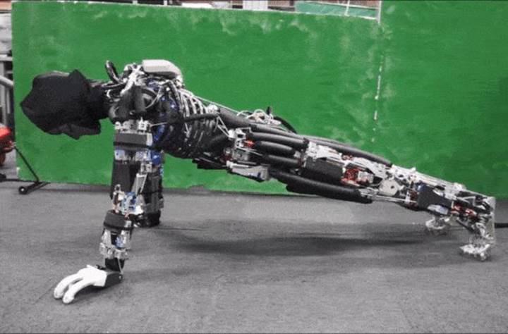 11 dakika boyunca şınav çekebilen robot
