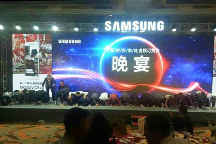 Samsung yetkilileri diz çökerek özür diledi