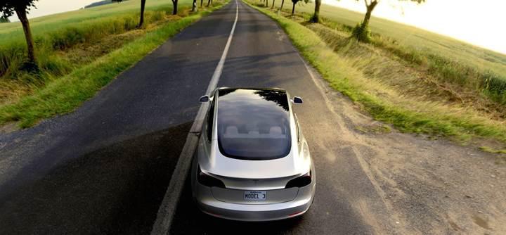 Tesla Model 3 güneşte kendini şarj edebilecek
