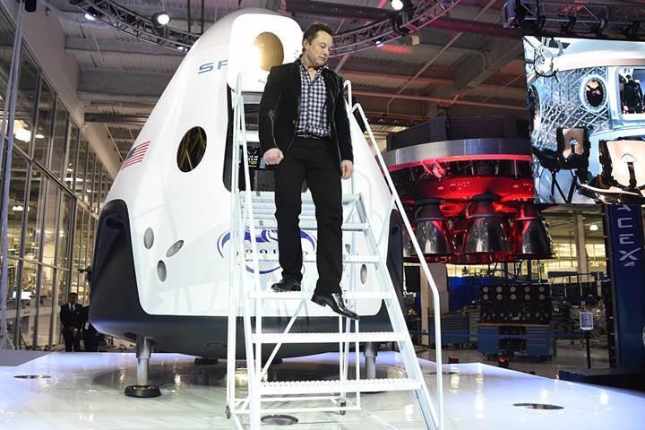 SpaceX'in uzaya insan taşıma hayalleri 2018'e ertelendi