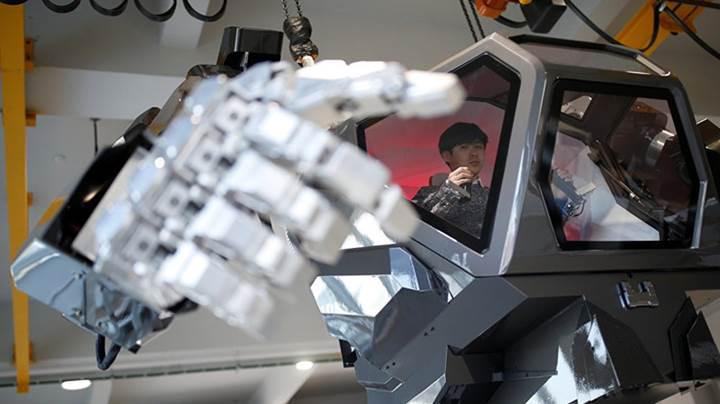 Bilim kurgu filmlerindeki dev robot Güney Kore'de ilk adımlarını attı
