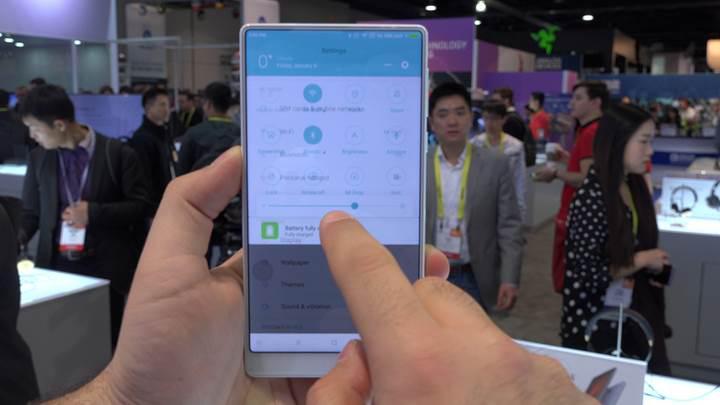 Xiaomi Mi Mix kar beyazı rengiyle mercek altında