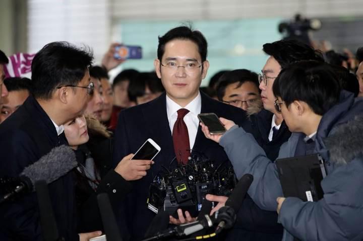 Samsung'un veliahtı rüşvet skandalı nedeniyle mahkeme karşısına çıktı