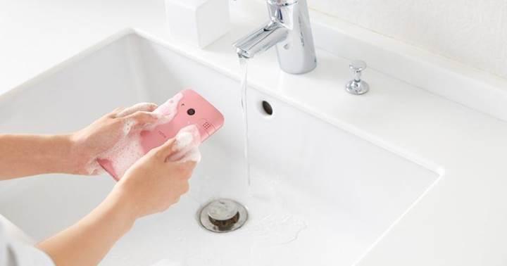 Kyocera su ve sabunla yıkanabilen yeni akıllı telefonunu tanıttı