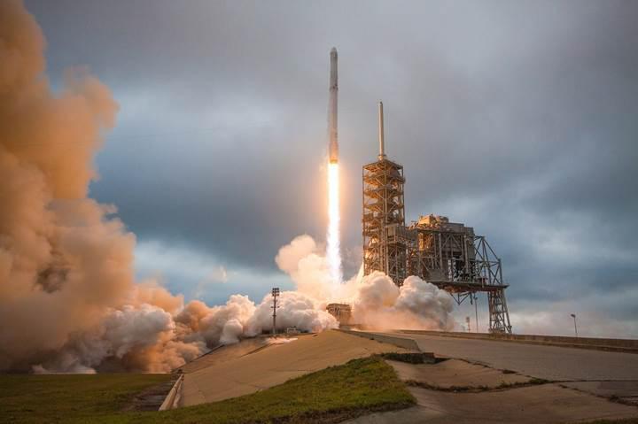 Falcon 9'un iniş anlarına bir de bu inanılmaz videoyla göz atın